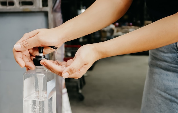 Pessoas que usam álcool à mão para limpar germes no meio do vírus covid 19 que estava se espalhando
