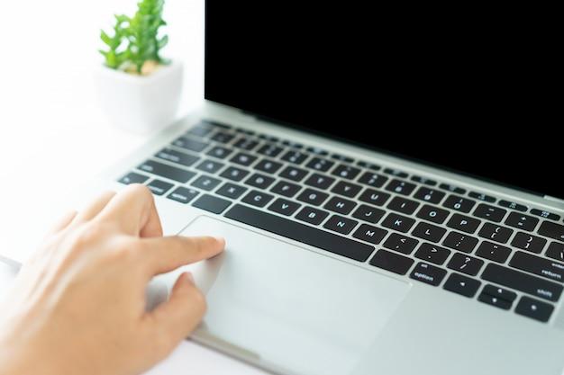 Pessoas que usam laptop para trabalhar ou estudar na mesa