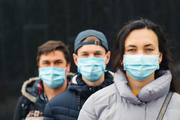 Pessoas que usam máscaras ao ar livre. quarentena de coronavírus.