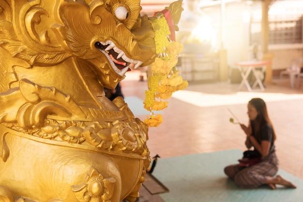 Pessoas que vêm ao templo para buscar as bênçãos do divino.