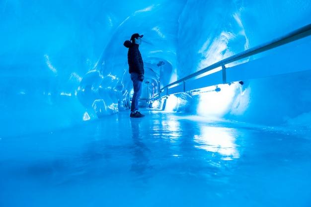 Pessoas que visitam a caverna glaciar no monte. área de titlis