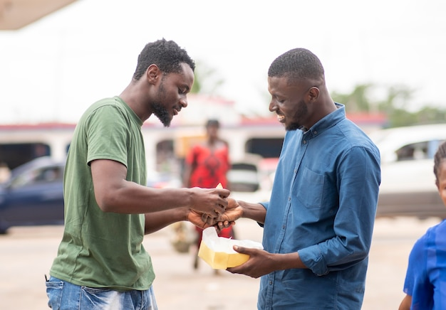 Pessoas recebendo comida de rua