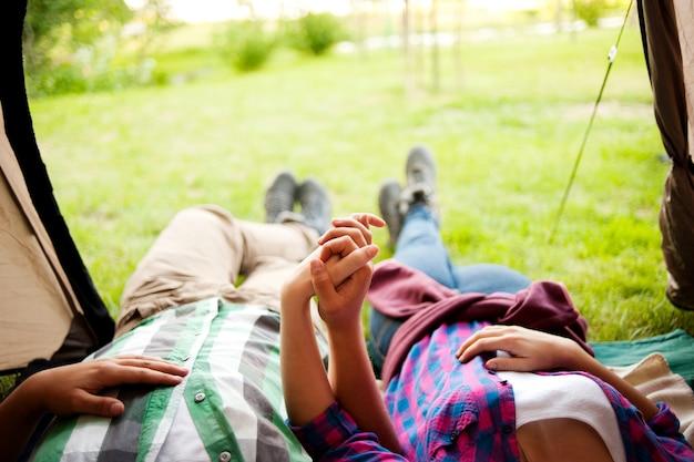 Pessoas relaxando em uma barraca de acampamento