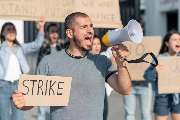 Pessoas reunidas para greve
