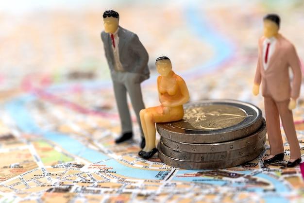 Pessoas são brinquedos no fundo do mapa
