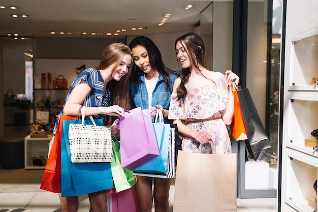 Pessoas satisfeitas compartilhando com compras