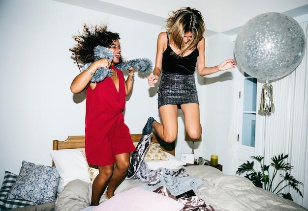Pessoas se divertindo em uma festa