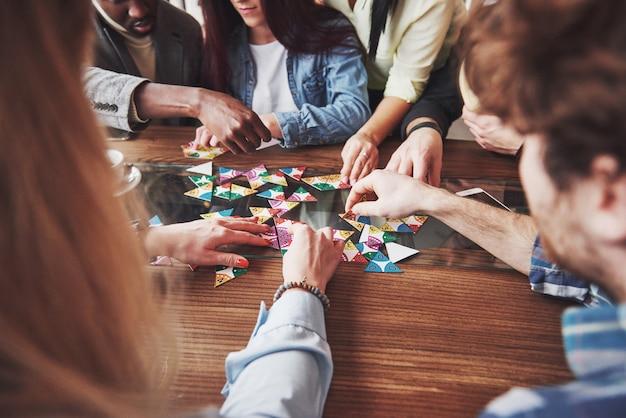 Pessoas se divertindo enquanto jogava jogo de tabuleiro