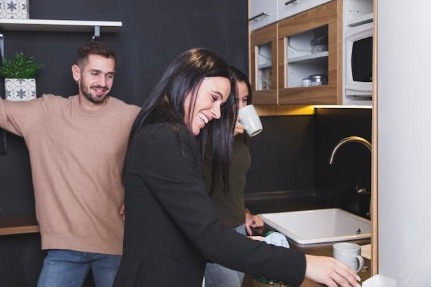 Pessoas se divertindo na cozinha do escritório