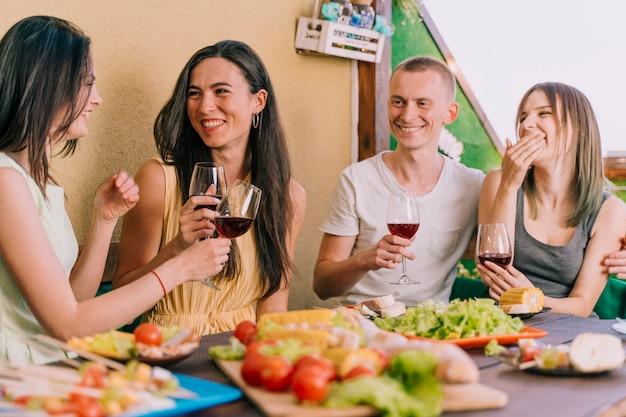 Pessoas se divertindo na festa no terraço