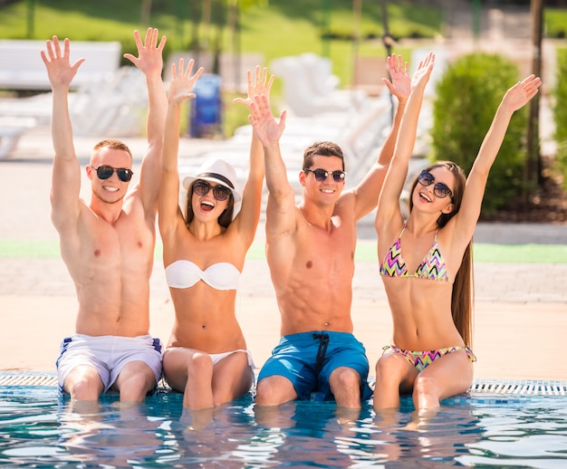 Pessoas se divertindo na piscina, sorrindo.