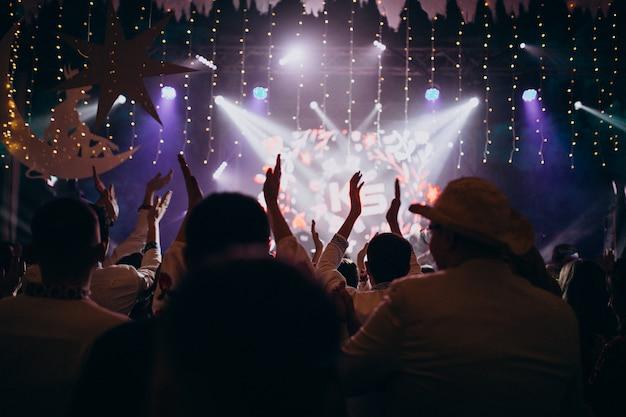 Pessoas se divertindo no salão do casamento