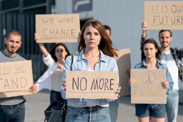 Pessoas se reúnem pela paz mundial