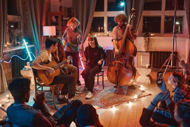 Pessoas se reunindo para tocar música no clube