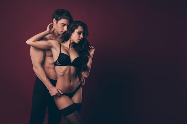 Pessoas sedutoras homem tirando a calcinha das mulheres