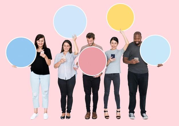 Pessoas, segurando, colorido, fala, bolhas