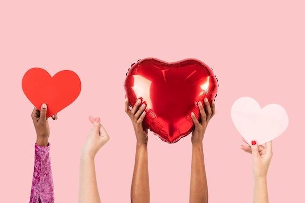 Pessoas segurando corações para o dia dos namorados & rsquo; celebração