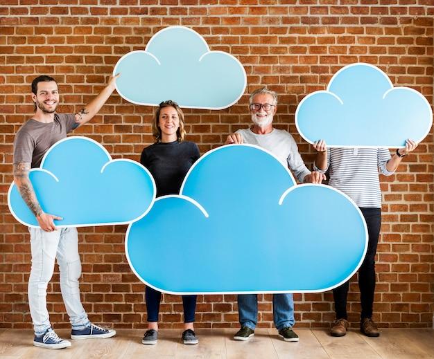 Pessoas, segurando, nuvem, computando, ícones