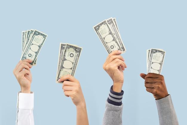 Pessoas segurando o conceito de finanças de gastos de dinheiro