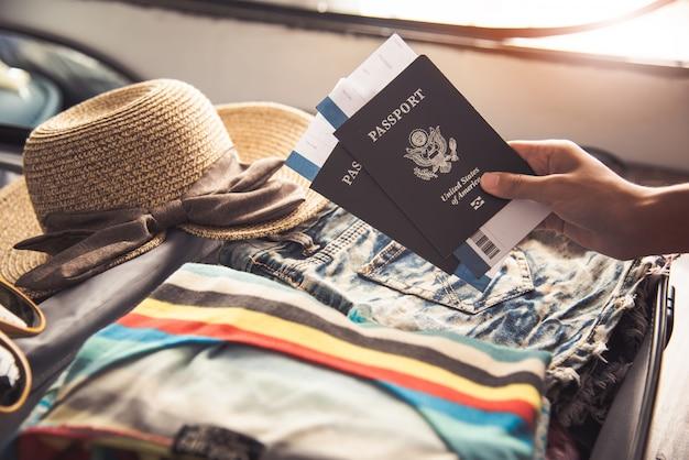 Pessoas segurando passaportes, mapa para viajar com bagagem para a viagem