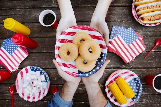 Pessoas, segurando, prato, com, bandeira americana