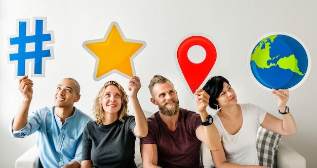 Pessoas segurando um ícone de mídia social