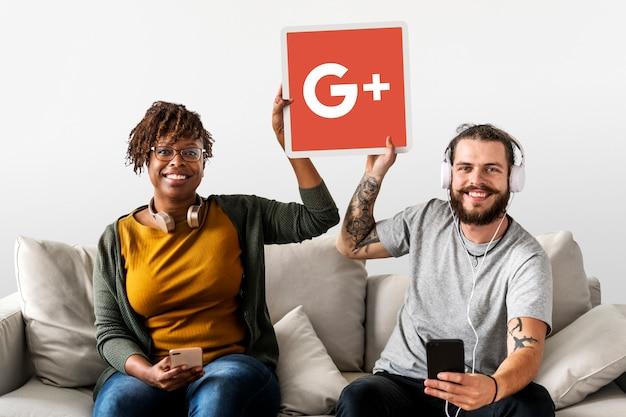 Pessoas segurando um ícone do google plus