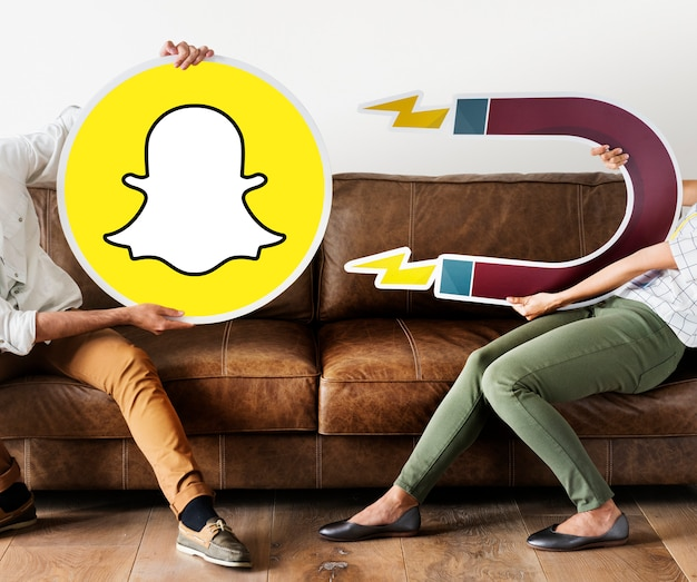 Pessoas segurando um ícone do snapchat