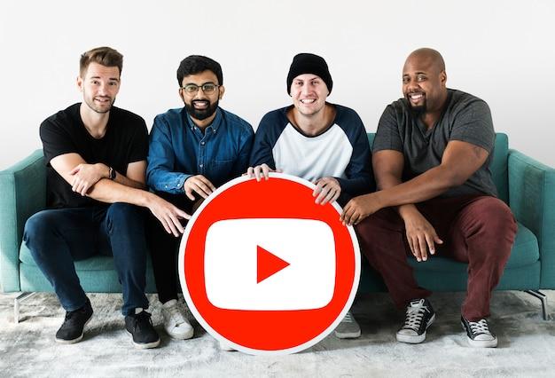 Pessoas segurando um ícone do youtube