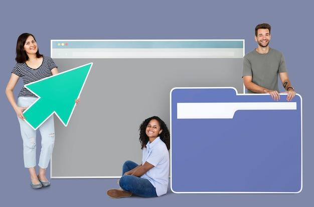 Pessoas segurando uma página da web, um cursor e um ícone de pasta