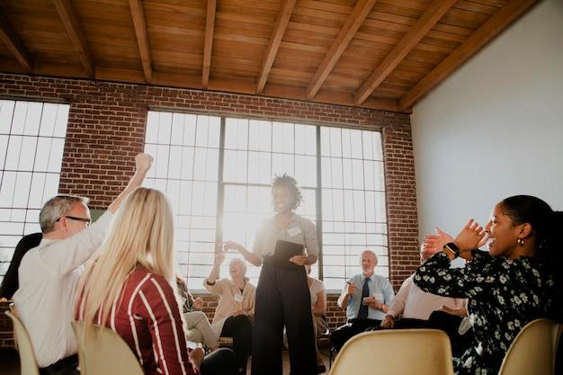 Pessoas sentadas e conversando em um grupo