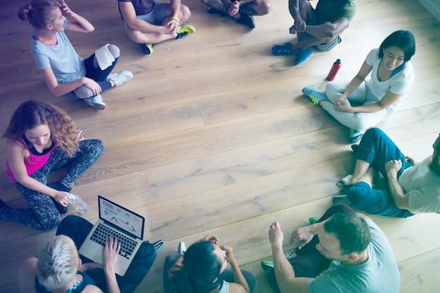 Pessoas sentadas em círculo na aula de ioga