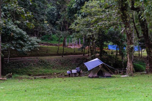 Pessoas sentadas no banco enquanto vai acampar