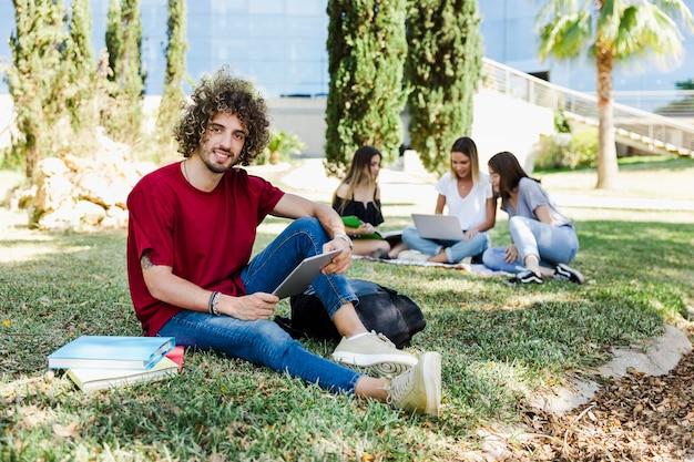 Pessoas sentadas no campus universitário