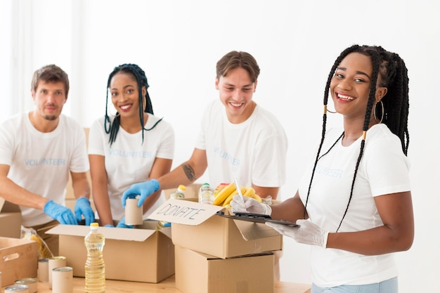Pessoas sorridentes cuidando de doações