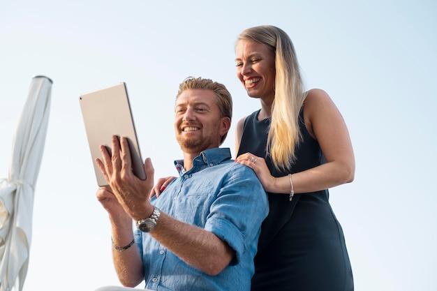 Pessoas sorridentes de tiro médio com tablet