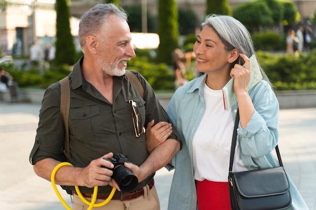 Pessoas sorridentes em foto média com câmera