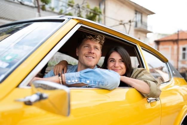 Pessoas sorridentes em tiro médio no carro