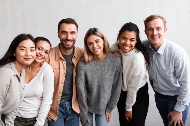 Pessoas sorridentes em uma sessão de terapia de grupo