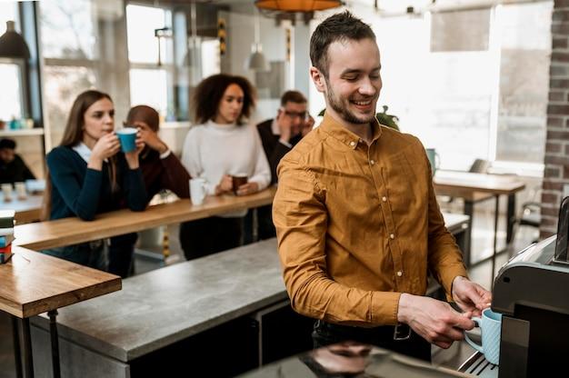 Pessoas sorridentes se reunindo para tomar um café