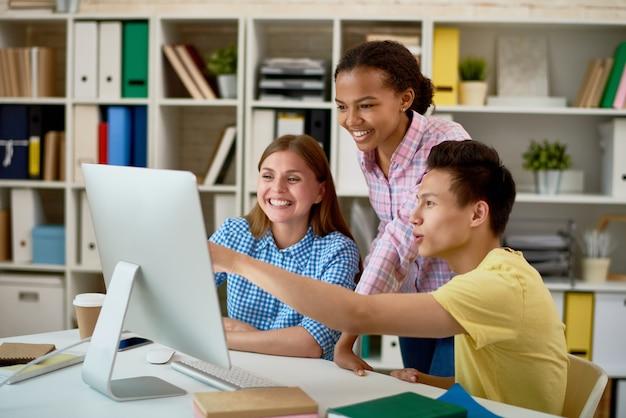 Pessoas sorridentes, trabalhando com computador
