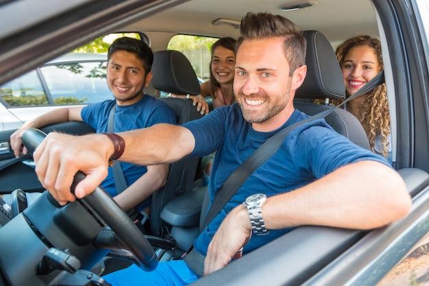 Pessoas sorrindo felizes compartilhando passeio de carro
