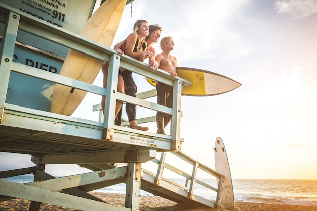 Pessoas surfistas
