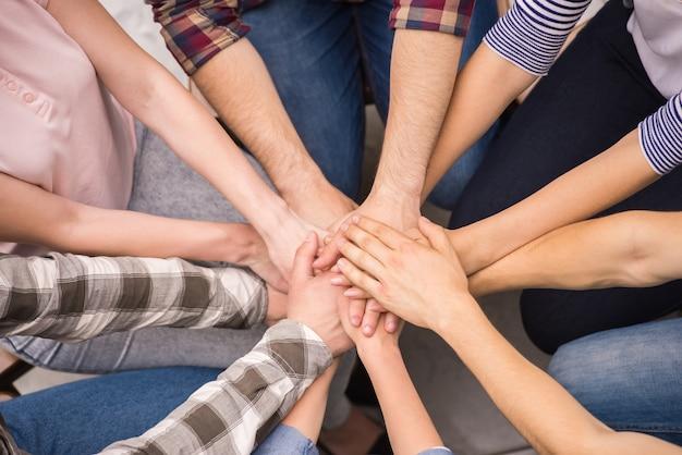 Pessoas tendo bom tempo juntos em terapia.