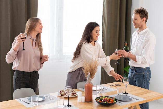 Pessoas tiro médio com copo de vinho
