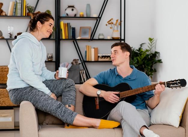 Pessoas tiro médio com guitarra