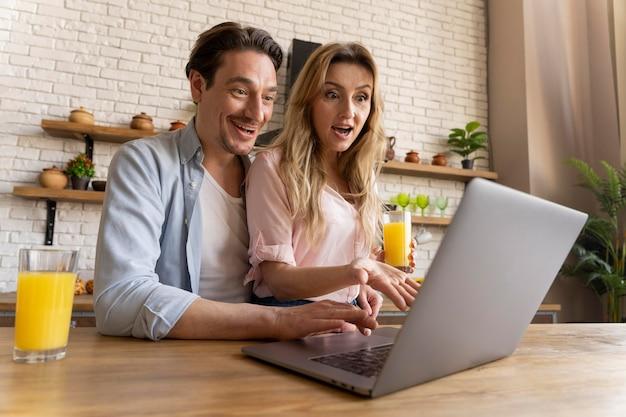 Pessoas tiro médio com laptop na mesa
