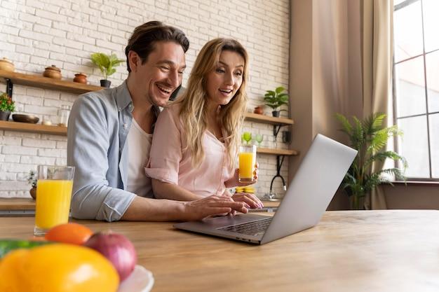 Pessoas tiro médio com laptop