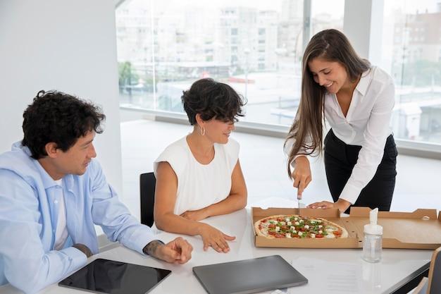 Pessoas tiro médio com pizza deliciosa