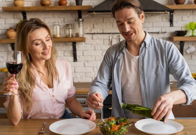 Pessoas tiro médio com salada Foto Premium